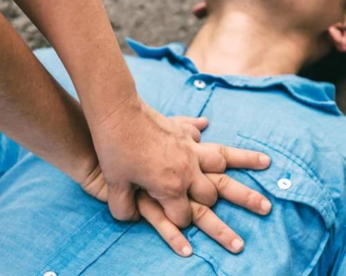 Fer RCP només amb les mans duplica les possibilitats de supervivència